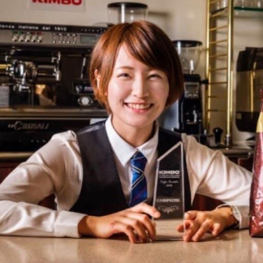 カウンターで制服姿でトロフィを手に笑顔の加藤由希奈さんの写真