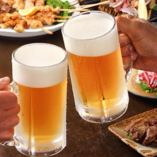 ビールジョッキで乾杯している手元の画像