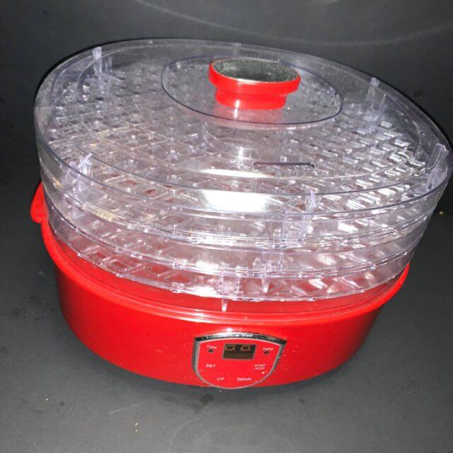 森下さんが愛用している、赤い本体の食品乾燥機の写真