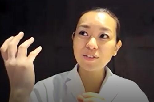 片手をあげて説明をする鈴木さんの写真