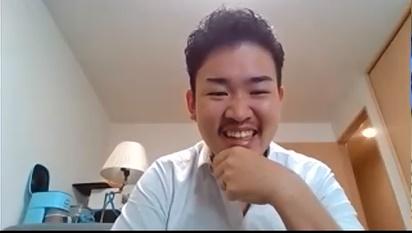 顎に手を置く浅賀さんの写真