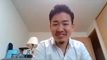 少し前傾姿勢で話す浅賀さんの写真