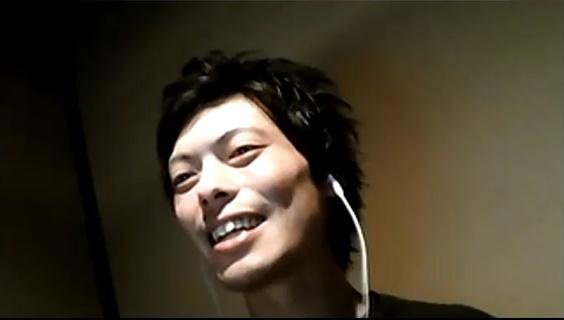 笑みをこぼす関さんの写真