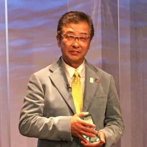 海光物産株式会社の大野和彦氏がトロフィーを手に持っている写真