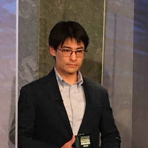 株式会社きじまの杵島弘晃氏がトロフィーを手に持っている写真