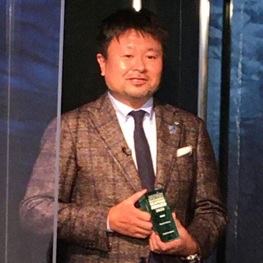 株式会社臼福本店の臼井壯太朗氏がトロフィーを持っている写真