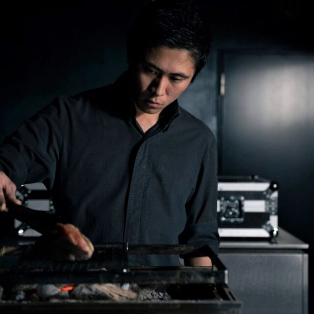 シックな雰囲気の「81」店内で調理をする松島さん