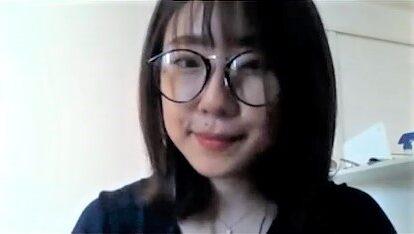 少し微笑んでいる坂井さんの写真
