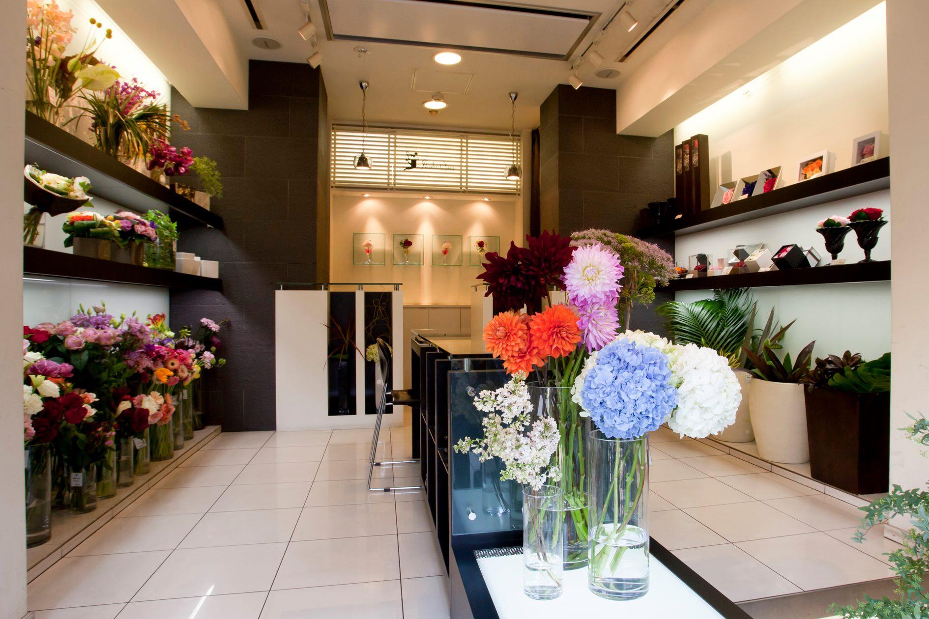 神戸のお花屋さん「flower shop Jardin Clair(フラワーショップ ジャルダン・クレール)」の店内。白を基調に明るい店内に季節のお花が所狭しとディスプレイされている