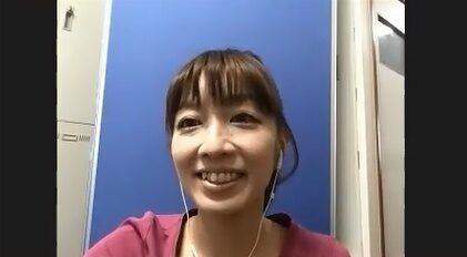 笑顔で語る荒川さんの写真