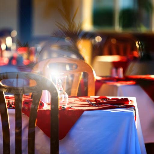 きれいにセッティングされたテーブルに光るグラス