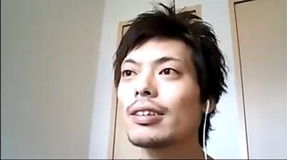 口ひげを生やした関さんの写真