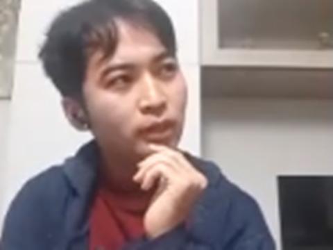 顎に手をあて考えながら話す川崎さんの写真