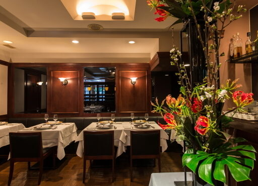 神戸・三宮のフレンチレストラン「Recette(ルセット)」店内。店内中央部には高さ1.5mの美しい生け花が店内を見渡すようにディスプレイされている