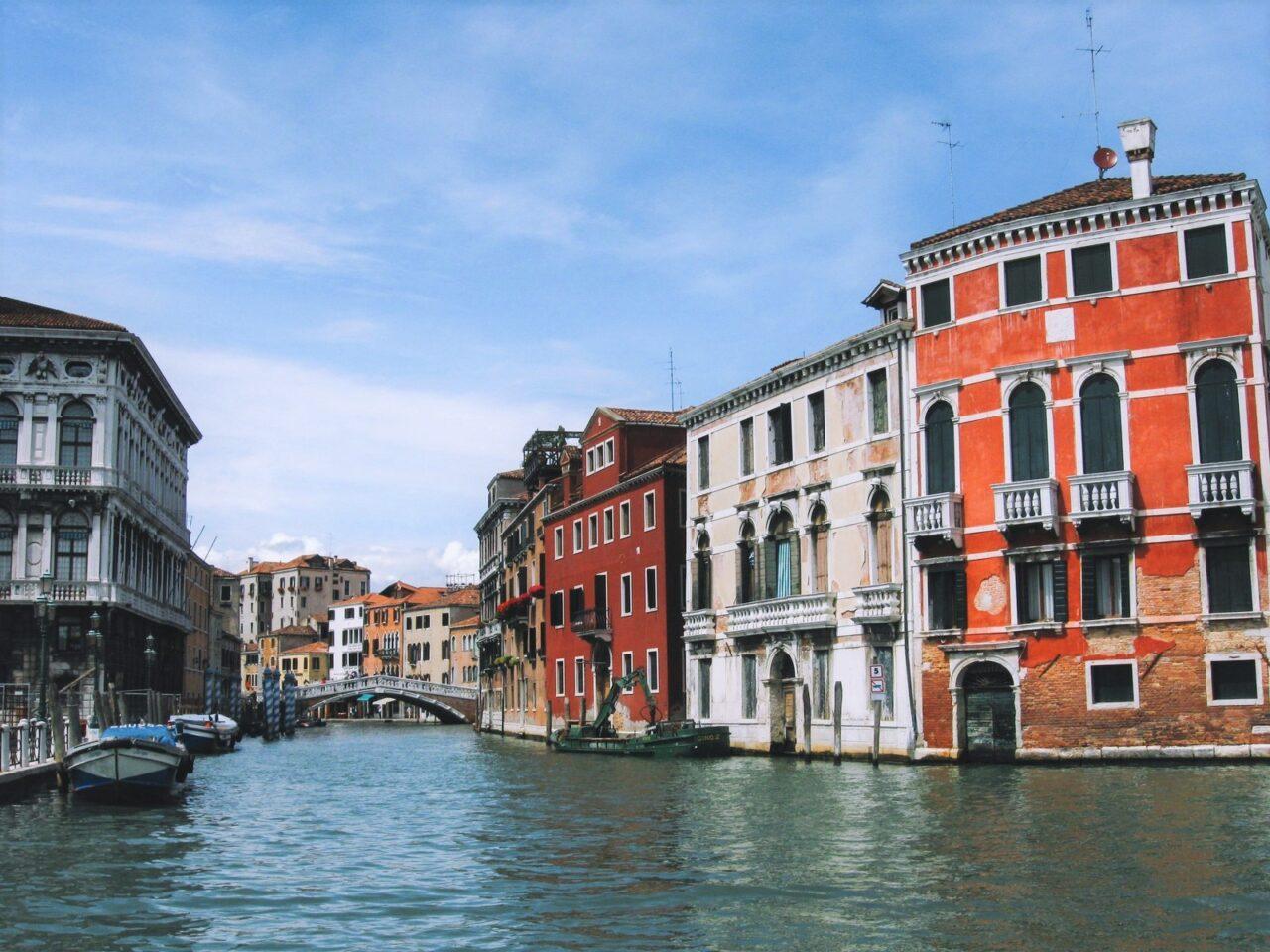 イタリア・ベネチアの水路が見える街並み