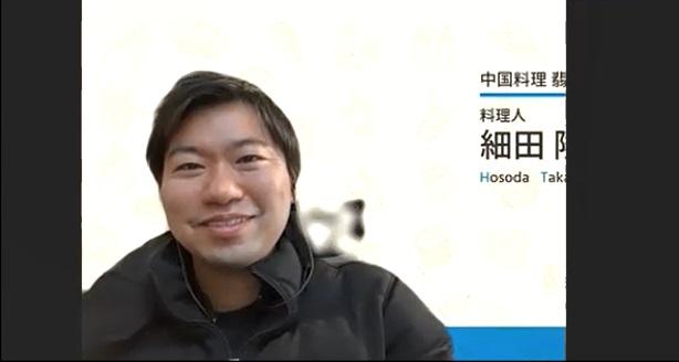 笑顔で話す細田さんの写真