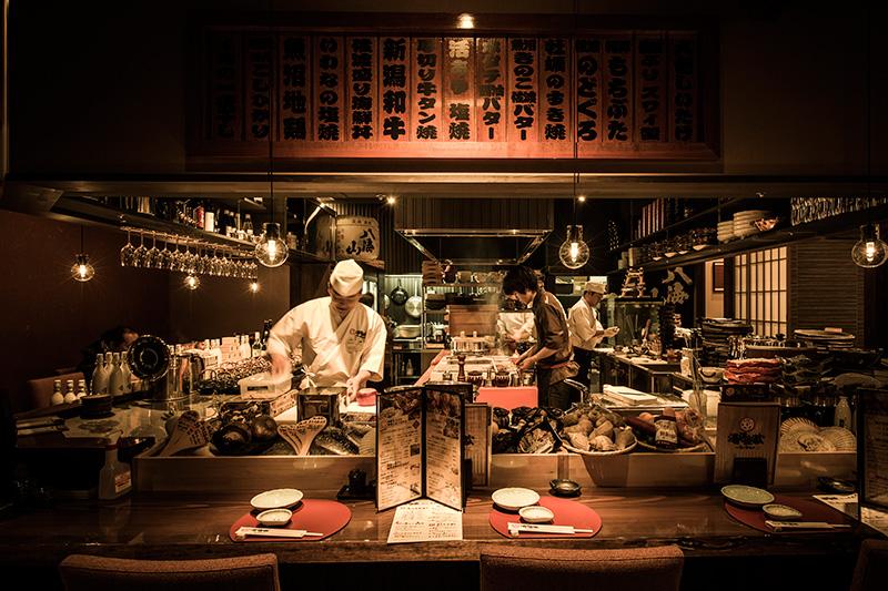 和食炉端「湯沢釜蔵」のカウンター越しの店内の写真