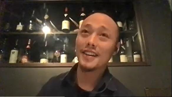 少し上を見上げて楽しそうに話す荘田さんの写真