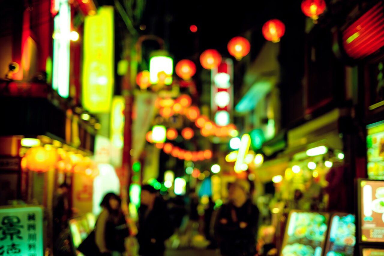 たくさんのネオンがきらめく夜の繁華街風景