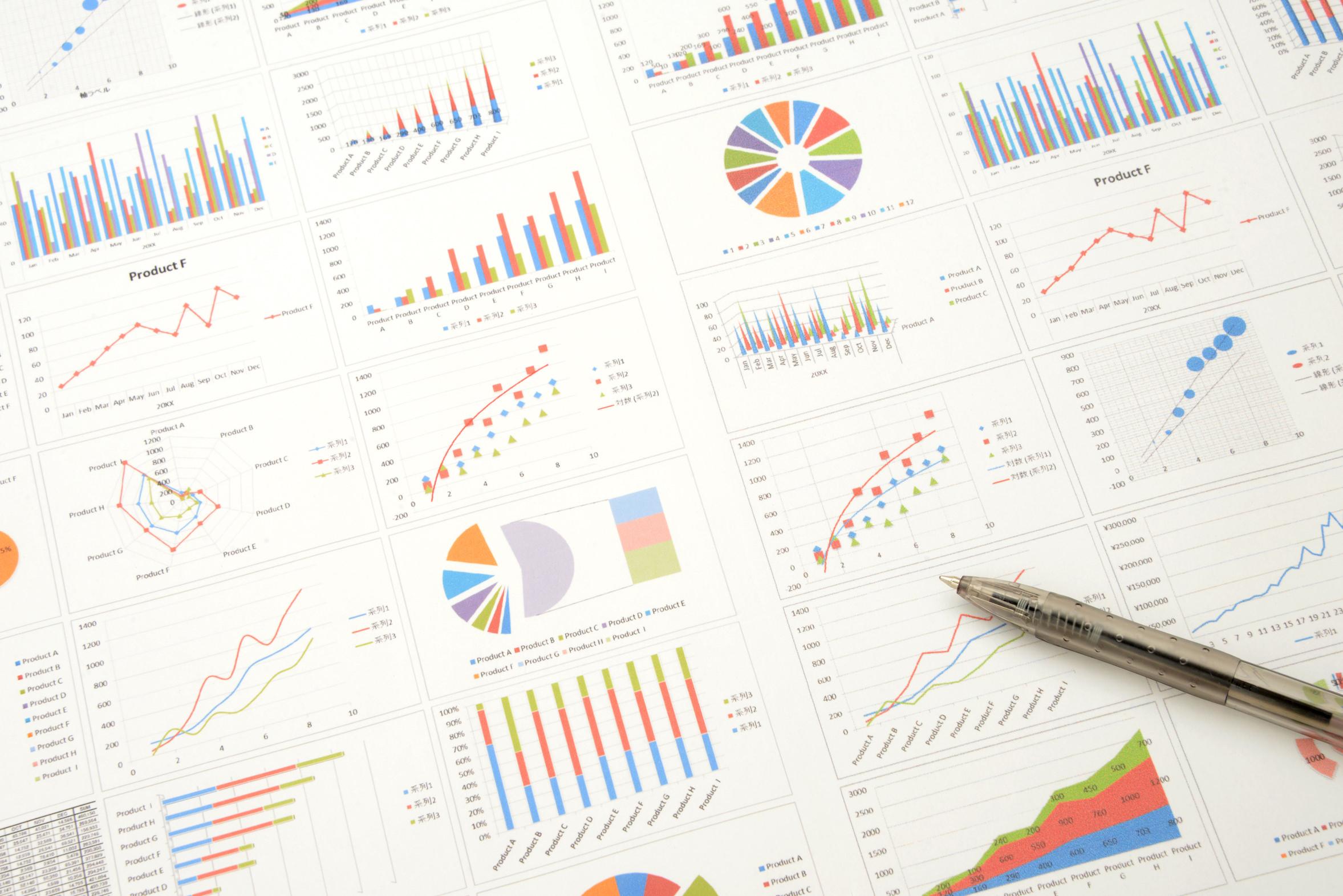たくさんのデータをグラフ化し情報量がたくさんあるイメージ画像