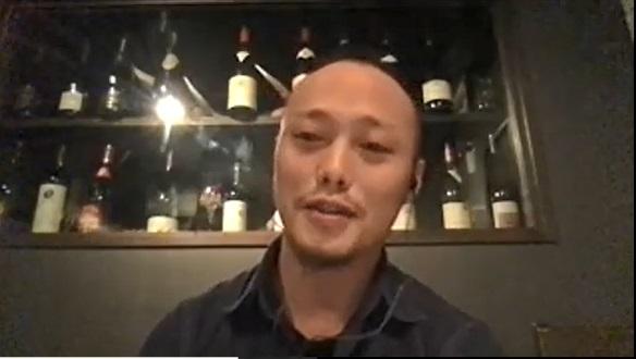 正面を見ながら話す荘田さんの写真