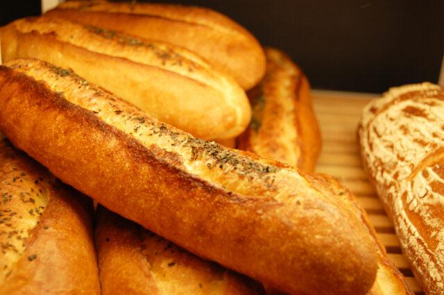イメージ写真:木のトレイに盛り付けられたたくさんのフランスパン