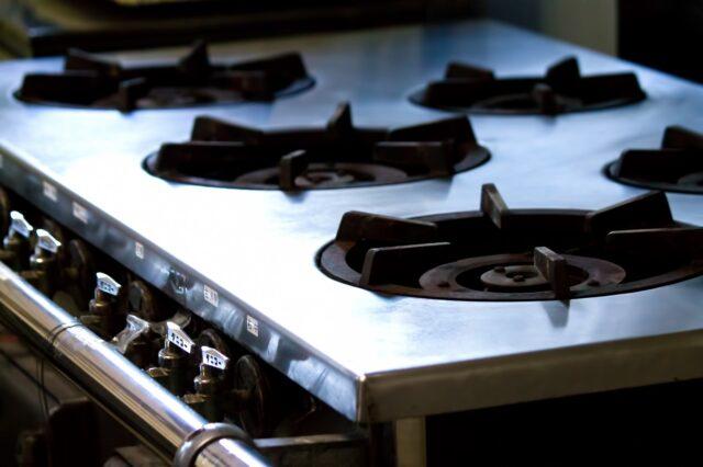 イメージ写真:飲食店の厨房にある5口のガスコンロの写真