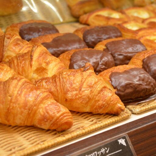 イメージ写真:パン屋さんの店頭に並べられたクロワッサン