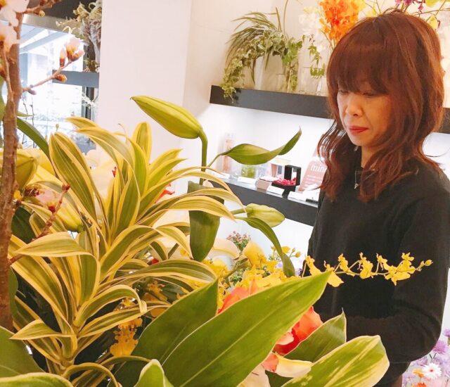 たくさんのお花を生ける小森さんの写真
