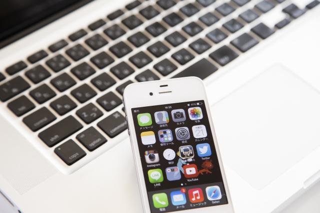 イメージ画像:パソコンのキーボードとスマートフォンの写真