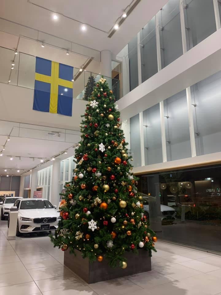車販売店のクリスマスツリーの写真