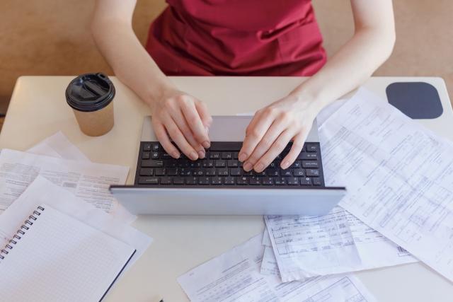 イメージ画像:ノートPCを使って入力をする女性の写真