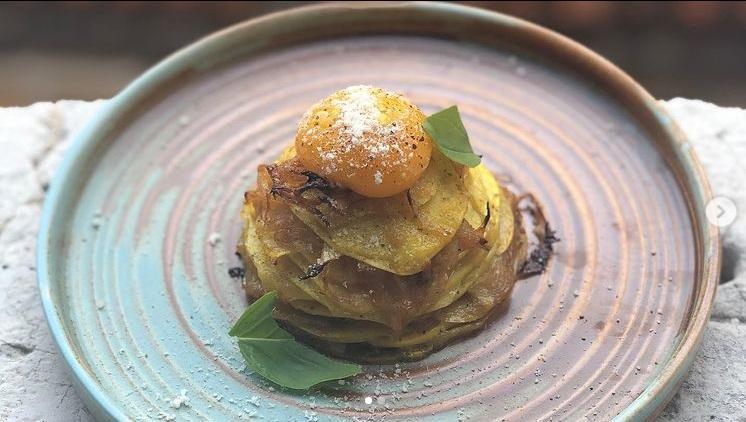 じゃが芋と林檎の重ね焼きタルト カレーカルボナーラ風の写真
