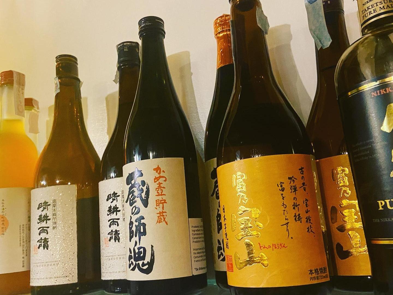 たくさんの日本酒のビンの写真