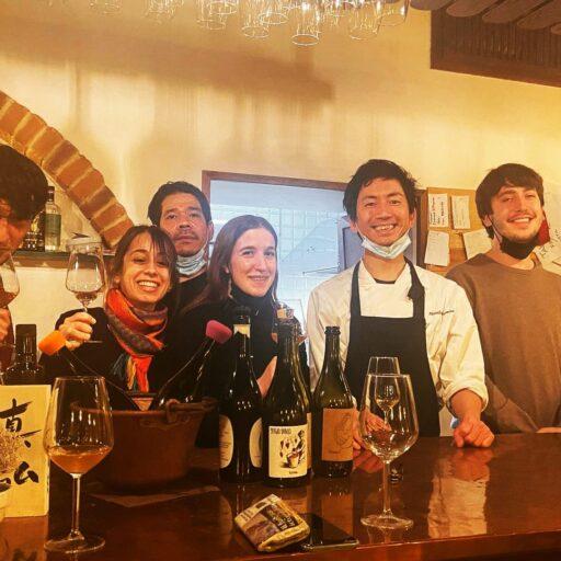創作和食とビオワインの店「osteria goirgione da masa」でスタッフと本間さんが仲良く写真撮影