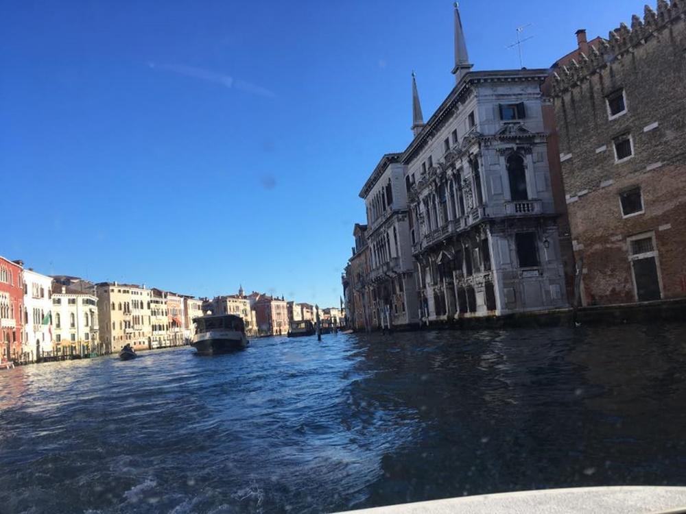 船上から眺めるベネツィアの街並みの写真