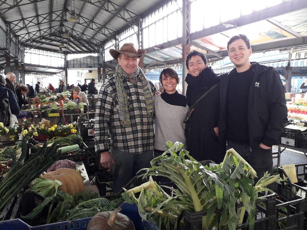 ピエモンテ州トリノの市場でスタッフ4名で撮った写真