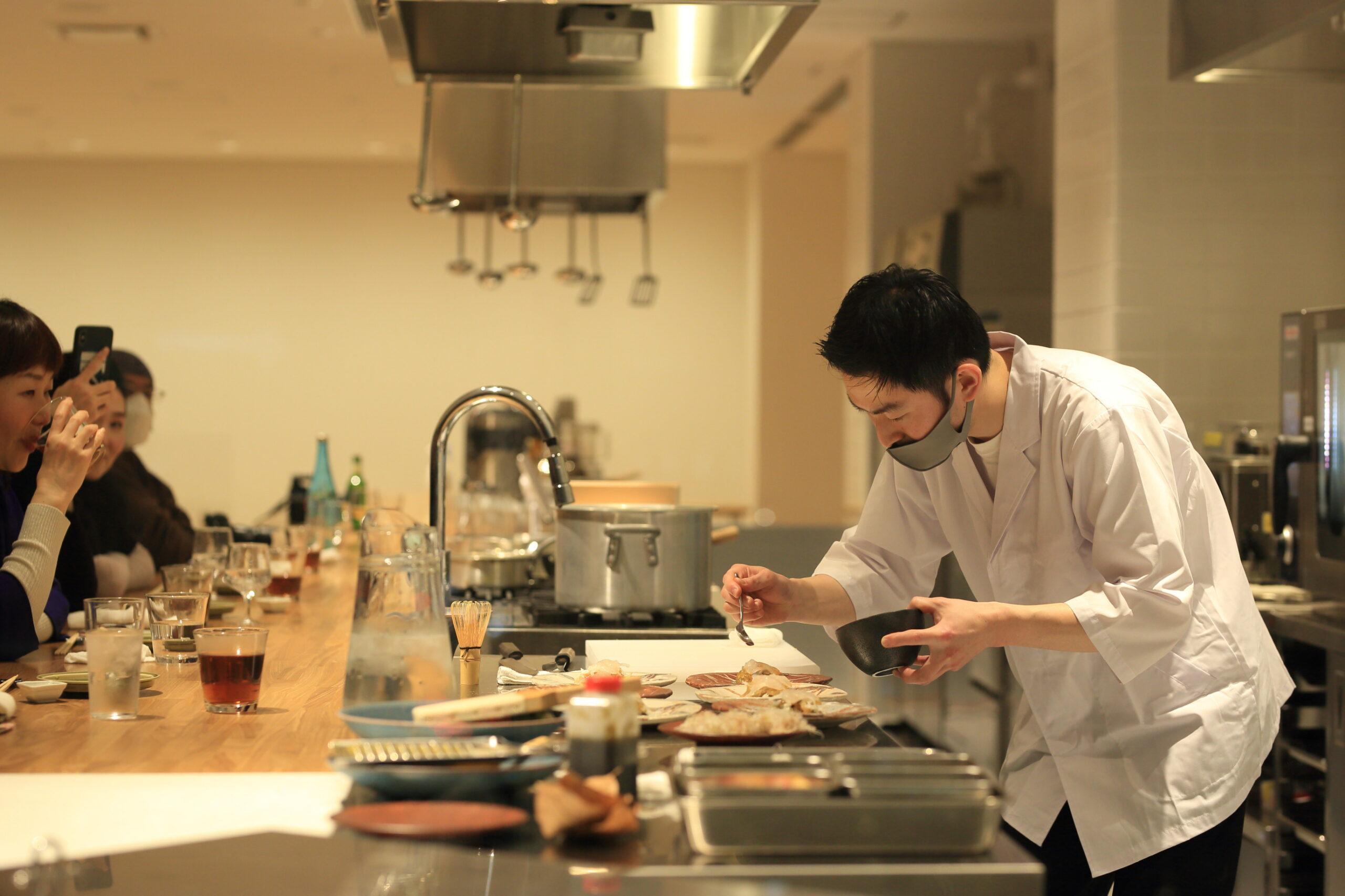 ポップアップイベントにて料理を作る酒井さんの写真