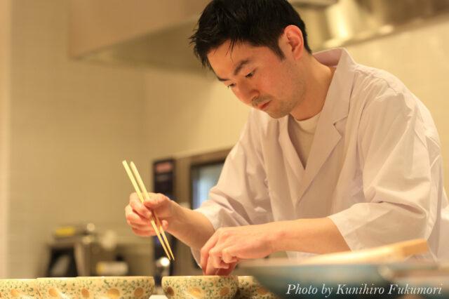 料理をする酒井さんの写真