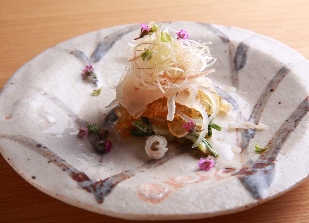 カワハギとクラゲ、ワケギの酢味噌和え 四川山椒と唐辛子の香りの写真