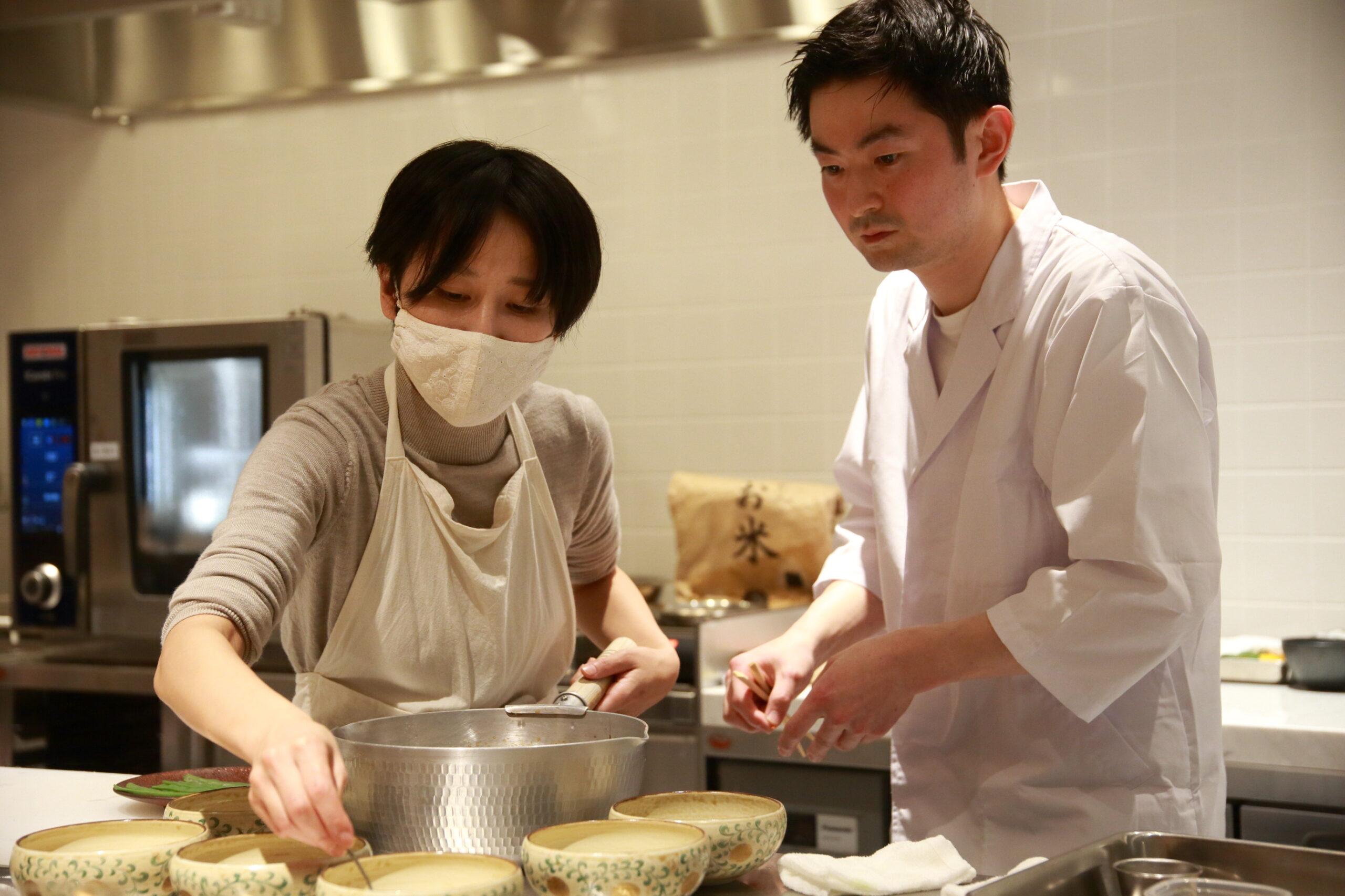 酒井さんとパートナーの愛さんがともに料理をしている写真