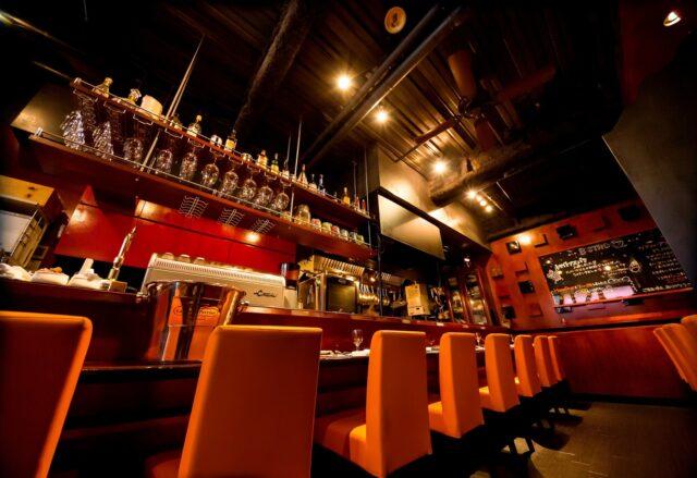 イメージ:少し暗めの落ち着いた雰囲気のレストランのカウンターテーブル