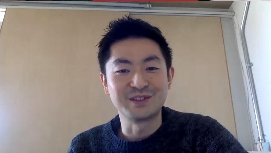笑顔でインタビューに答える酒井さんのバストアップ写真