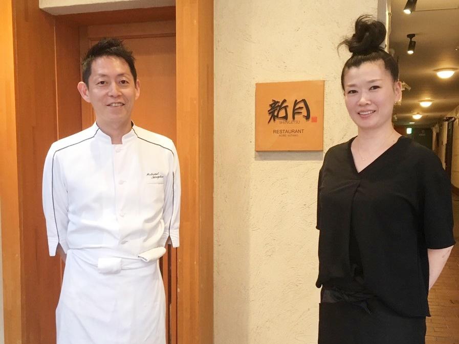 「新月」のお店の前で横山夫婦で撮った写真
