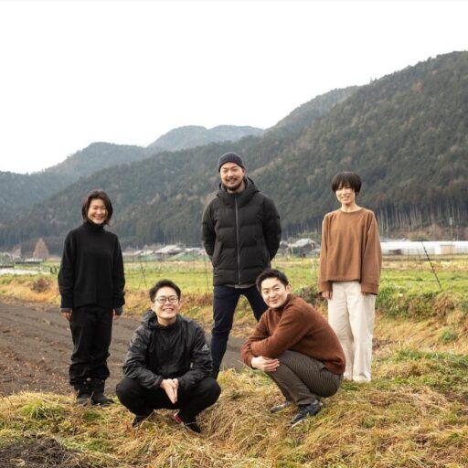「食のサステナブルAWARD」で金賞を受賞した「京都里山プロジェクト」メンバー5名とあぜ道で撮った写真