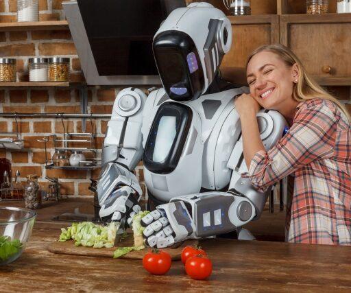 DXのイメージ写真。包丁をもった人型ロボットが起用にまな板の上でキャベツをカットしている。脇には頼もしそうな表情でロボットの方に寄りかかる外国人女性
