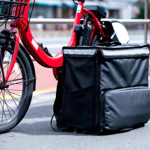 赤い自転車とデリバリー用のかばんの写真集赤い自転車とデリバリー用のかばんの写真