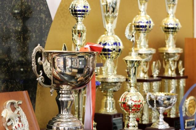 イメージ:きれいに整列してるたくさんの優勝カップやトロフィー群