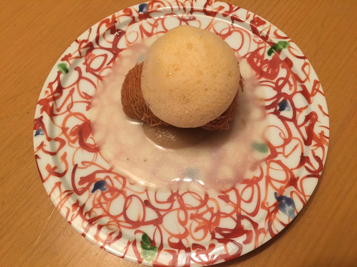 お皿に乗った白くて丸いお料理