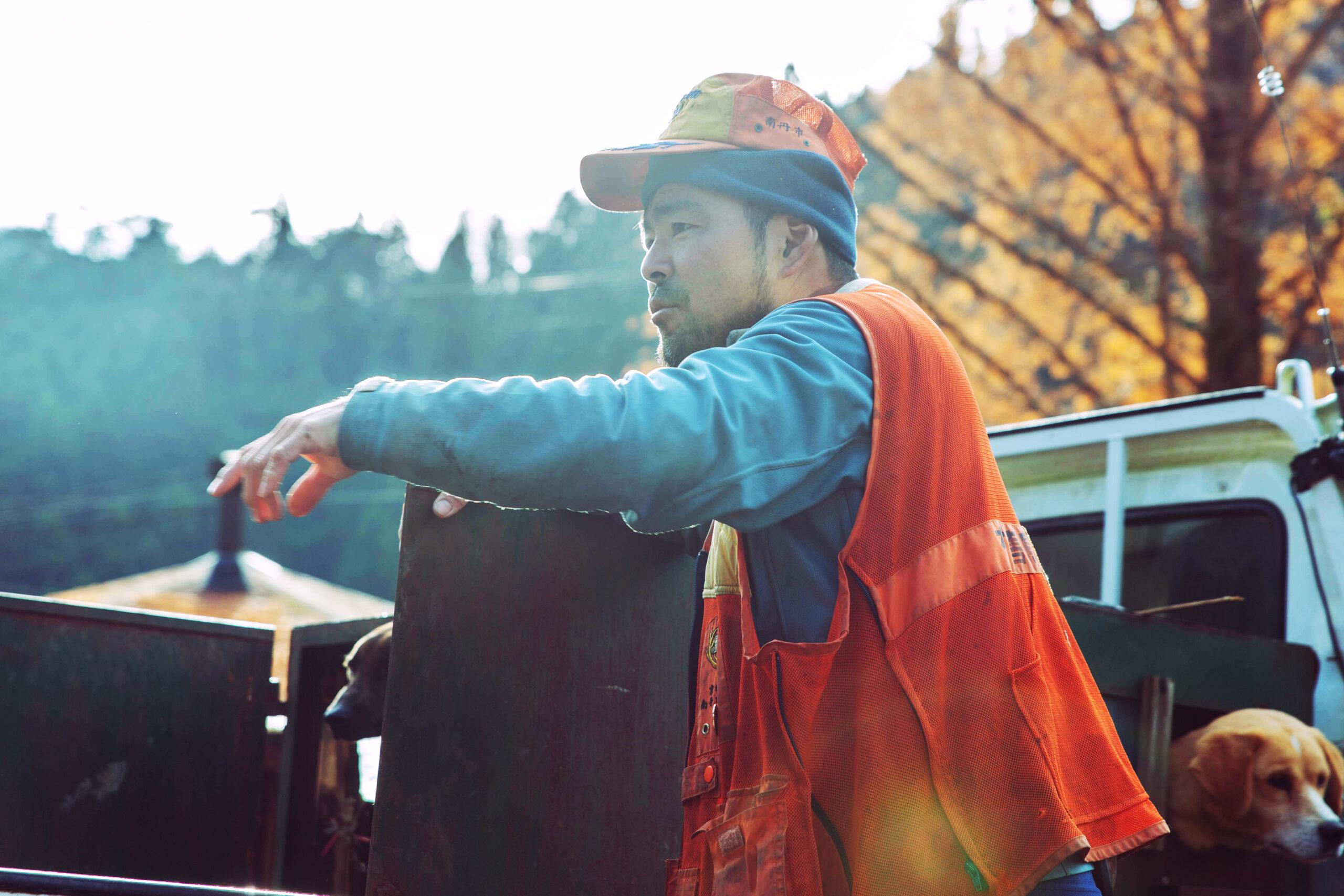 美山の猟師であり農家でもある藤原さんの仕事着姿の横顔写真